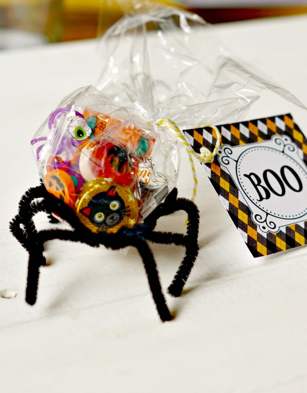 These Halloween Spider Treat Holders are a great idea for class parties! There's a free printable too!